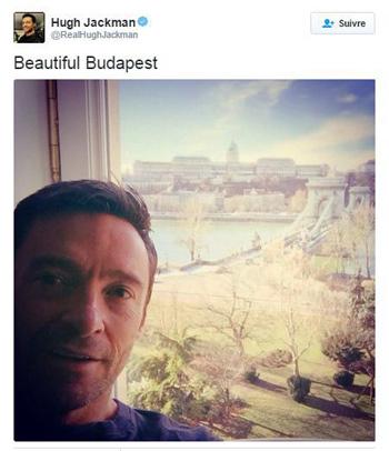 Hugh Jackman devant le pont des châines à Budapest