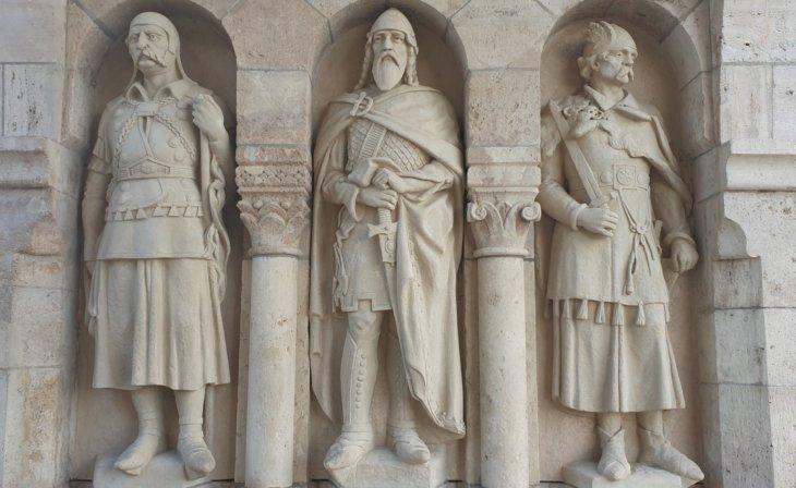 Statues des fondateurs au Halászbástya