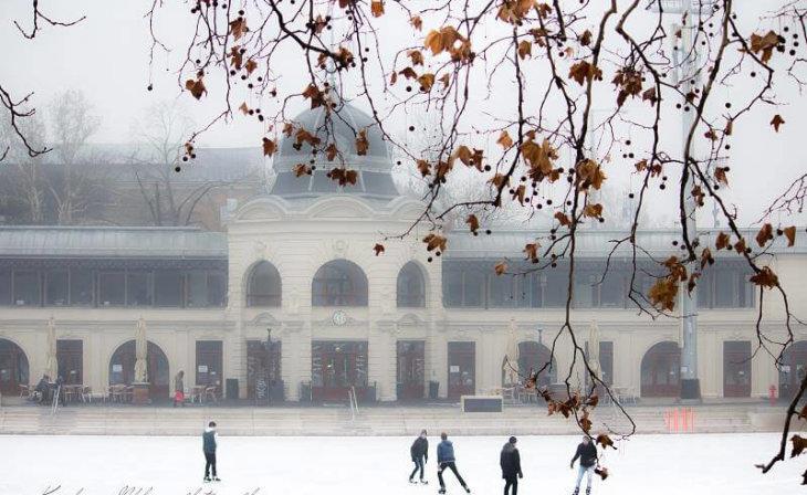 Le patinoire à Budapest en hiver